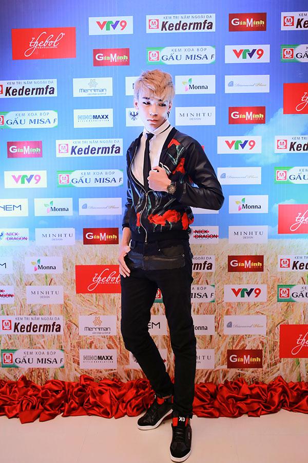 Ca sĩ Kop cập nhật mốt 'mắt đỏ rượu' như Idol Hàn Quốc