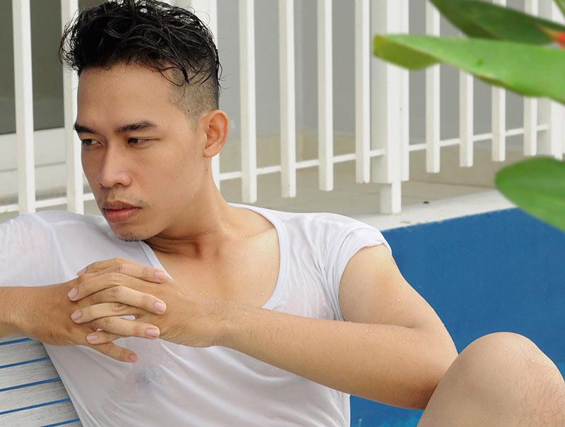 Mẫu ảnh Leo Quốc Việt đắm mình hè nhiệt đới - Sao showbiz