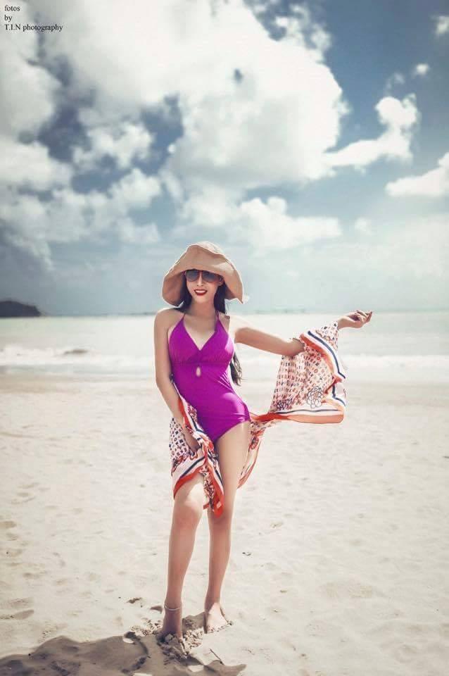 Hoa hậu chuyển giới Trương Hạ Vy sexy trên biển