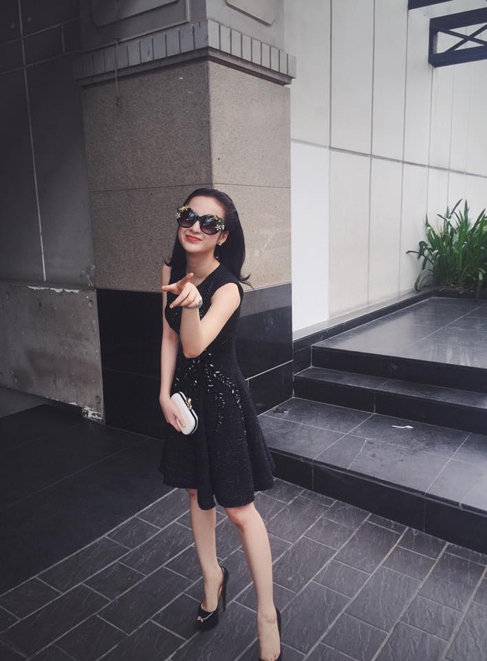 Angela Phương Trinh tạo dáng xinh tươi, đáng yêu.