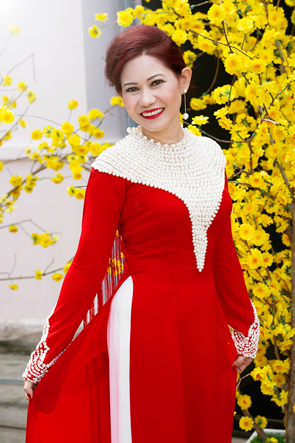 Quý Bà Hương Lê dịu dàng trong tà áo Dài Việt