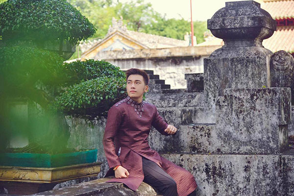 Hotboy Huỳnh Toàn điển trai diện áo dài đón Tết truyền thống
