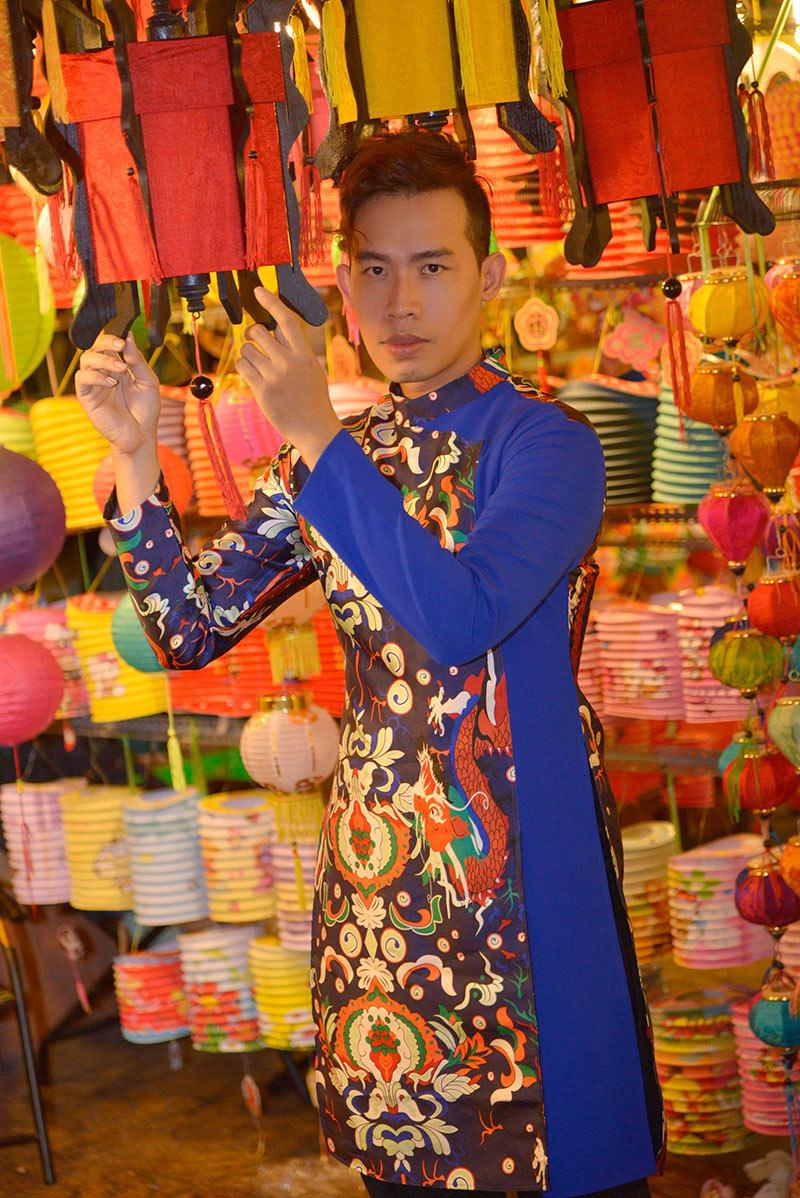 Leo Quốc Việt diện áo dài dạo phố lồng đèn