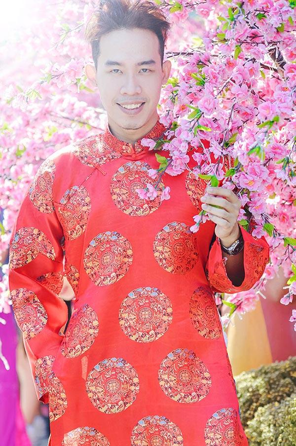 Leo Quốc Việt dạo phố ngày xuân