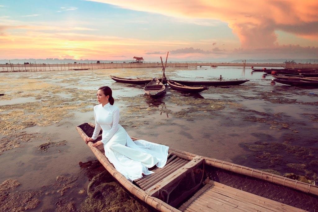 Hoa hậu Thu Hoài diện áo dài trắng trên phá Tam Giang