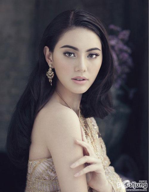 Mỹ nhân 'Tình người duyên ma' cuốn hút ánh nhìn khi diện trang phục truyền thống Thái Lan, xuất hiện trên tạp chí WE Mai-Davika-Hoorne