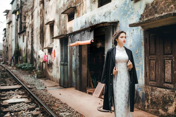 Hương Giang Idol e ấp bên trai lạ