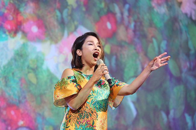 Mỹ Linh đẹp rạng rỡ với váy hoa cúc của Đỗ Mạnh Cường